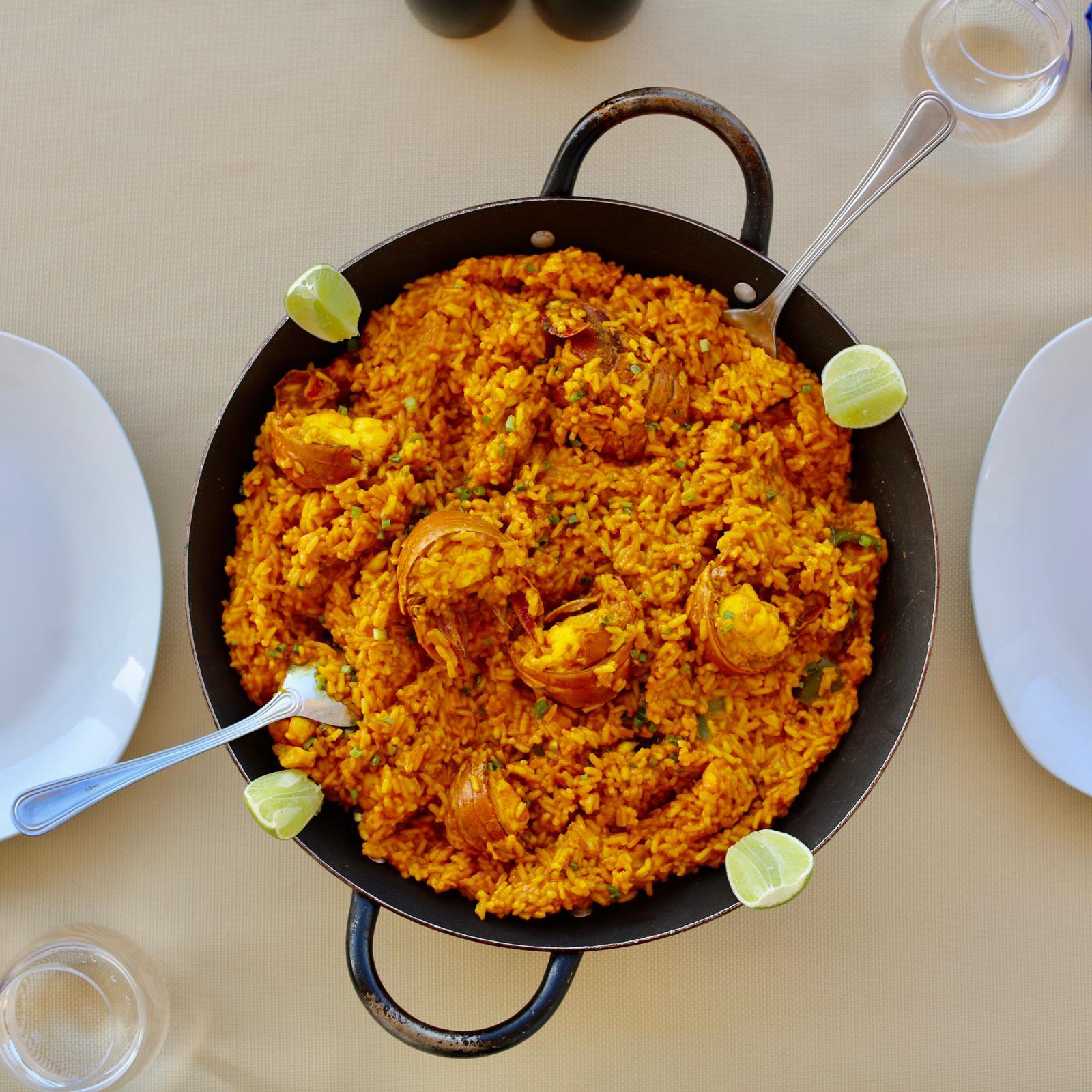 La paella del mar incluye pescado, camarón y langosta. Chips de boniato para 4 personas. 1 Pomo de Refresco.… View Details