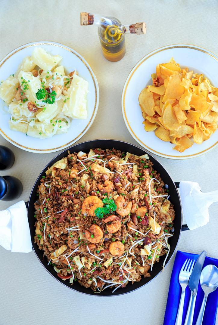 Arroz frito con camarones, pescado, jamón, huevo y bacon para 4 personas. Chips de boniato para 4 personas. 1 pomo de refresco.… View Details